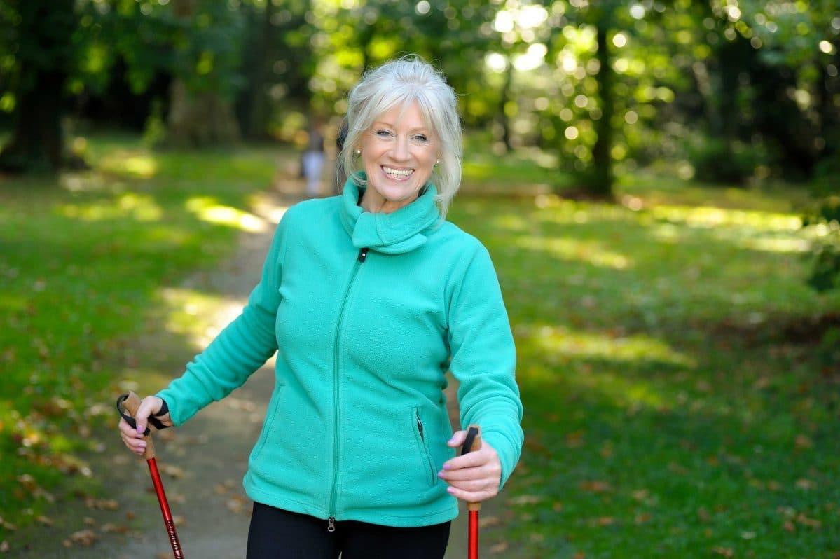 kvinna promenerar glad ledhälsa