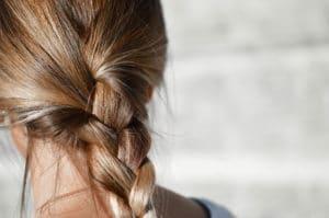 tunt hår i en fläta
