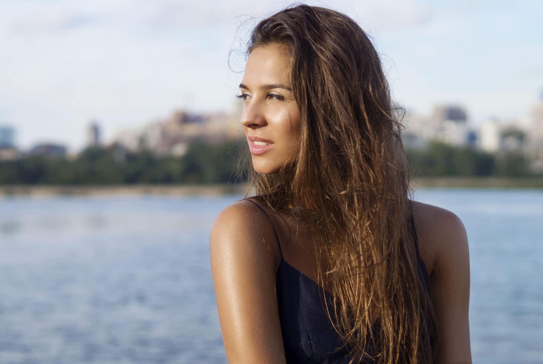 Kvinna med långt blött hår