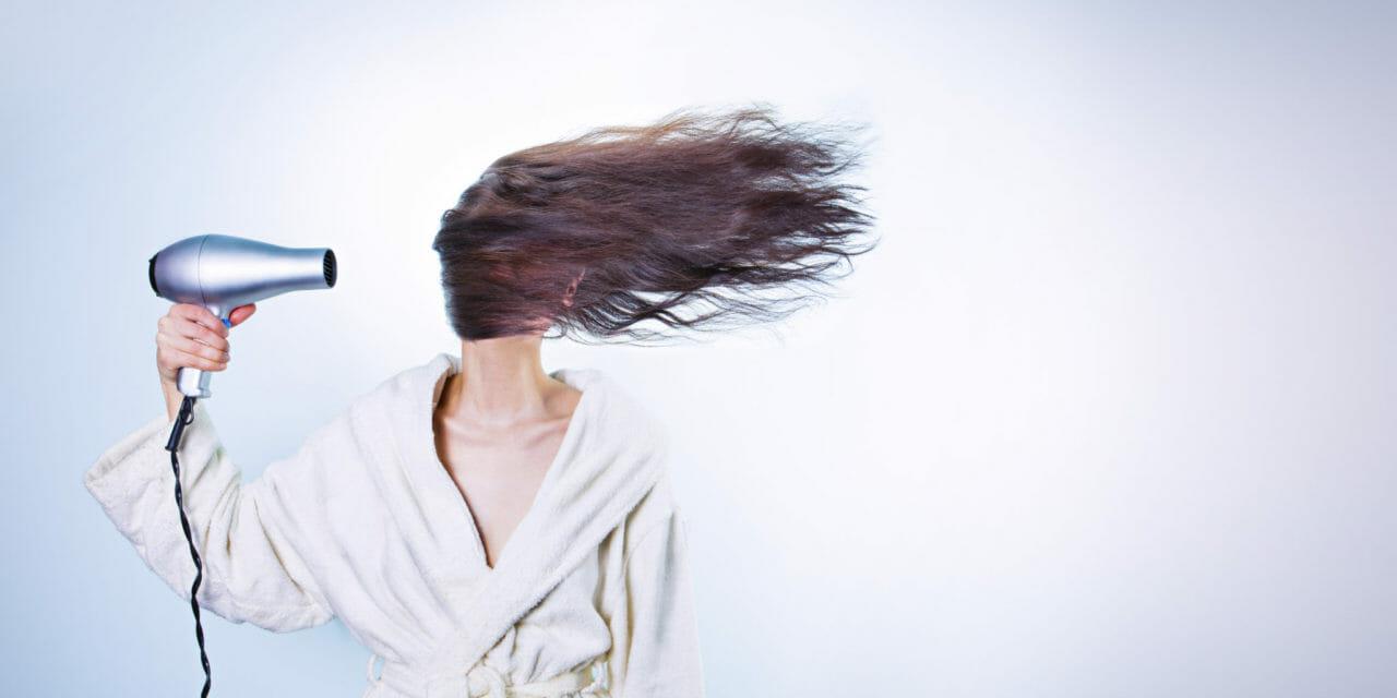 7 Stylingmissarna du gör (som sliter på håret!)