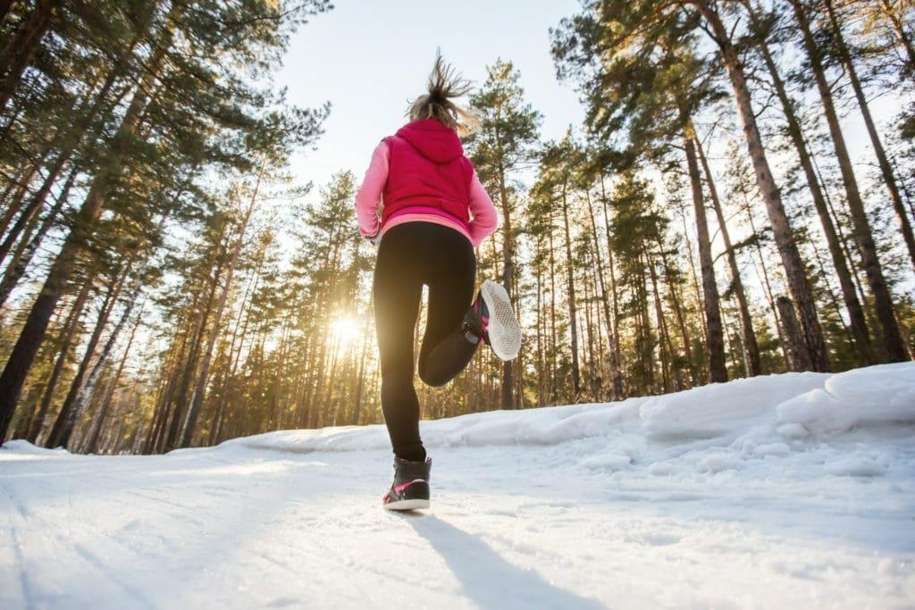 sno kallt tjej som springer