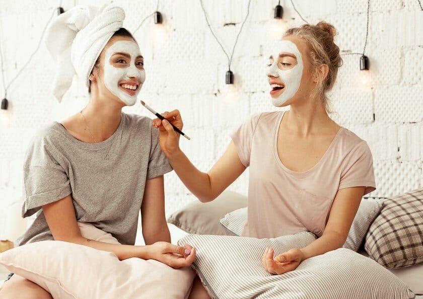 tjejer som gor ansiktsmasker