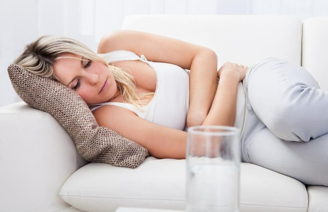 kvinna med ont i magen