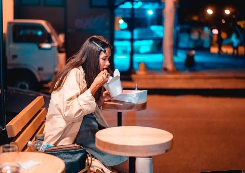 stressad-kvinna-ater-snabbmat