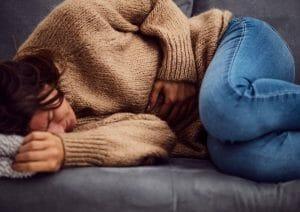 kvinna-med-ont-i-magen-pa-grund-av-stressmage