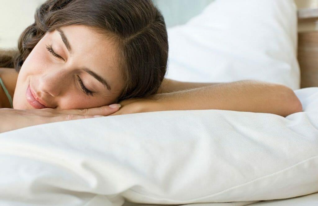 sova-med-fläta-for-att-motverka-att-tappa-har-efter-graviditet