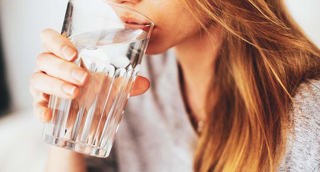 dricka glas med vatten