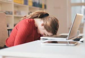 trött kvinna