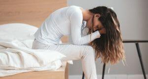 trött kvinna dålig sömn