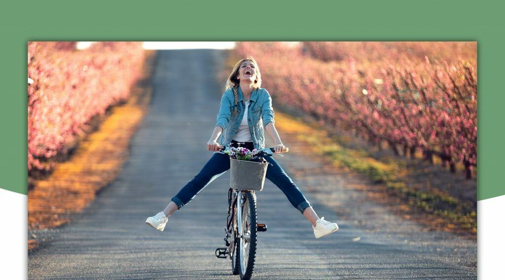 Cyklande kvinna blommor